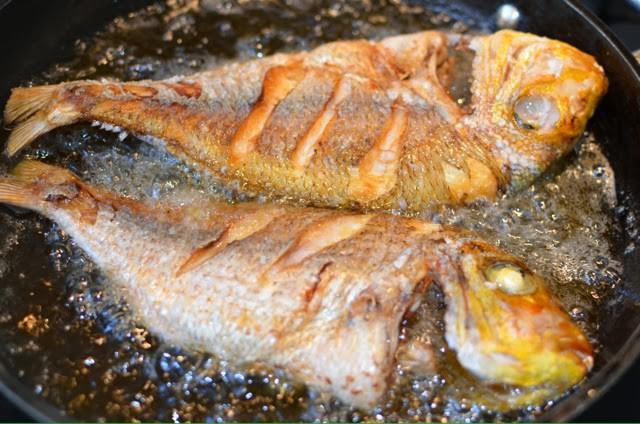 Lần sau rán cá, chị em cứ cho thêm 1 thìa gia vị này vào, đảm bảo không bị bắn dầu mà món cá rán thì ngon bất bại-6