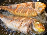 Lần sau rán cá, chị em cứ cho thêm 1 thìa gia vị này vào, đảm bảo không bị bắn dầu mà món cá rán thì ngon bất bại