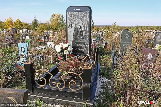 Cô gái yêu cầu dựng bia đá hình... iPhone 6 trên mộ của mình sau khi qua đời-1