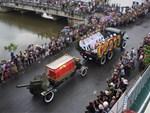 Người dân Ninh Bình ôm di ảnh đón thi hài cố Chủ tịch nước Trần Đại Quang-13
