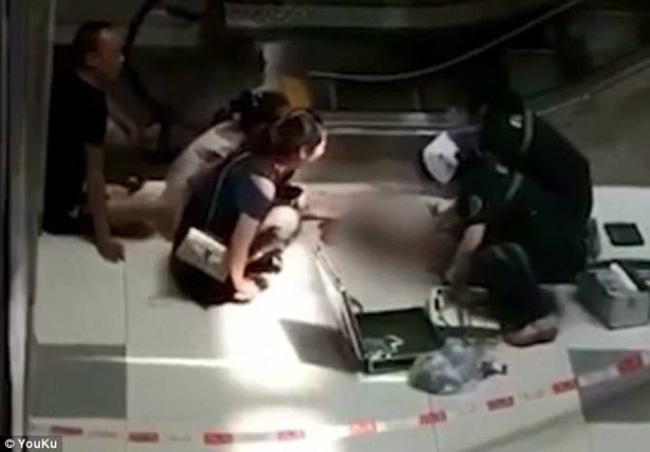 Bố mẹ bận thử ghế mát xa, con trai 3 tuổi leo thang cuốn ngã tử vong ngay tại trung tâm mua sắm đông đúc-3