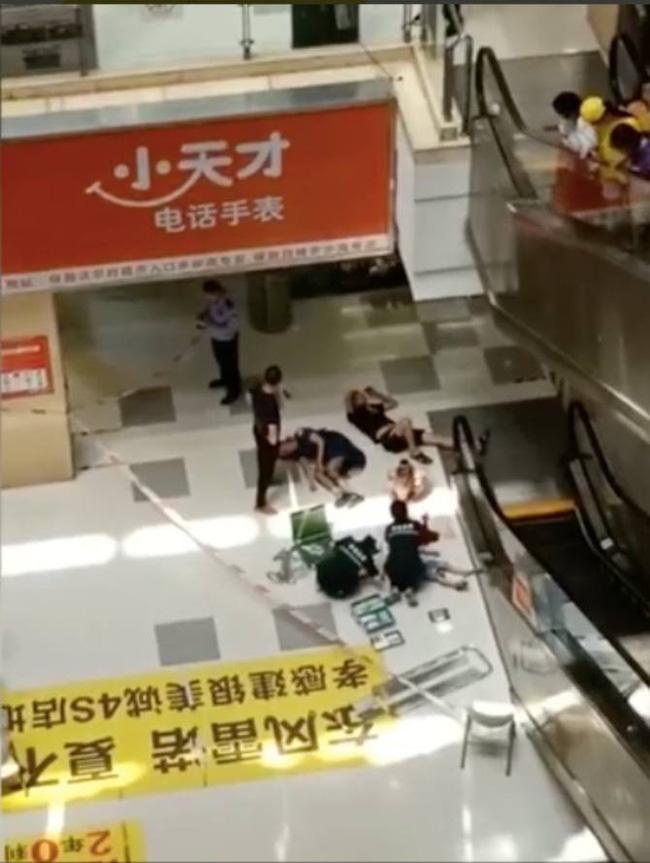 Bố mẹ bận thử ghế mát xa, con trai 3 tuổi leo thang cuốn ngã tử vong ngay tại trung tâm mua sắm đông đúc-5