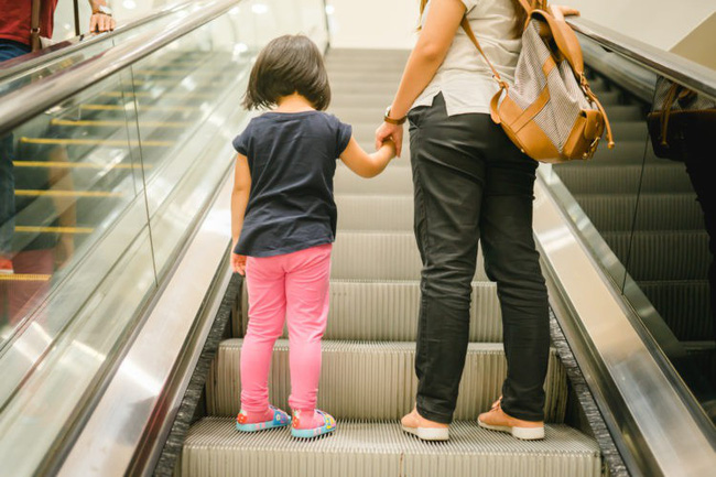 Bố mẹ bận thử ghế mát xa, con trai 3 tuổi leo thang cuốn ngã tử vong ngay tại trung tâm mua sắm đông đúc-7