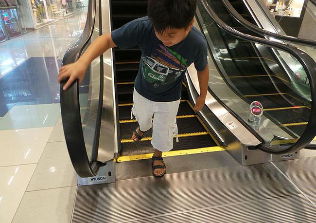 Bố mẹ bận thử ghế mát xa, con trai 3 tuổi leo thang cuốn ngã tử vong ngay tại trung tâm mua sắm đông đúc-8