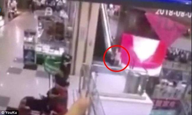 Bố mẹ bận thử ghế mát xa, con trai 3 tuổi leo thang cuốn ngã tử vong ngay tại trung tâm mua sắm đông đúc-1