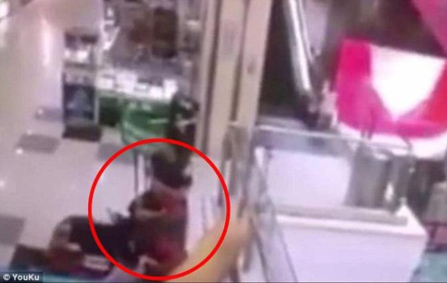 Bố mẹ bận thử ghế mát xa, con trai 3 tuổi leo thang cuốn ngã tử vong ngay tại trung tâm mua sắm đông đúc-2