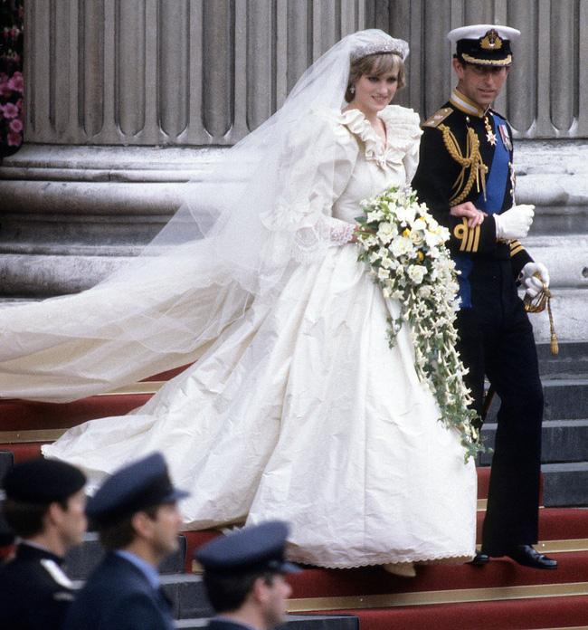 Bí mật tinh tế phía sau váy cưới của Meghan Markle lại khiến người ta nhớ đến công nương Diana và Kate Middleton-3