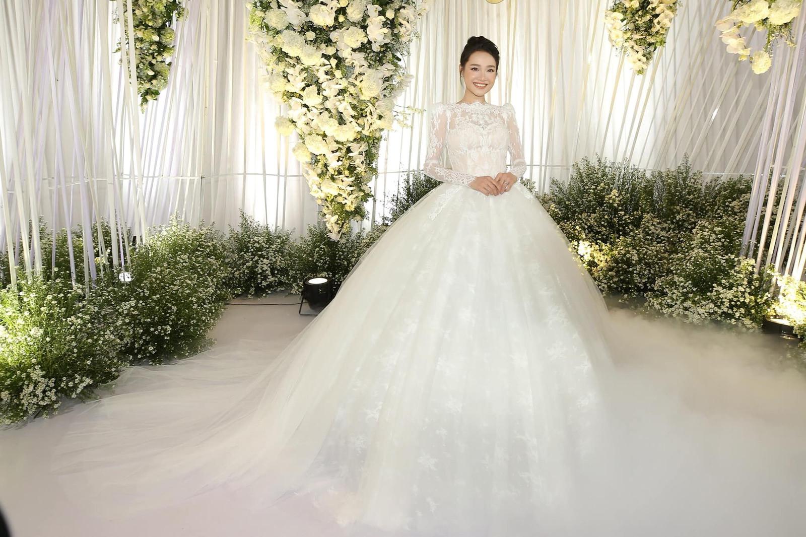 Nhìn lại 4 bộ váy Nhã Phương đặt may riêng cho lễ đính hôn và cưới-1