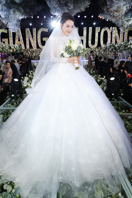 Nhìn lại 4 bộ váy Nhã Phương đặt may riêng cho lễ đính hôn và cưới-3