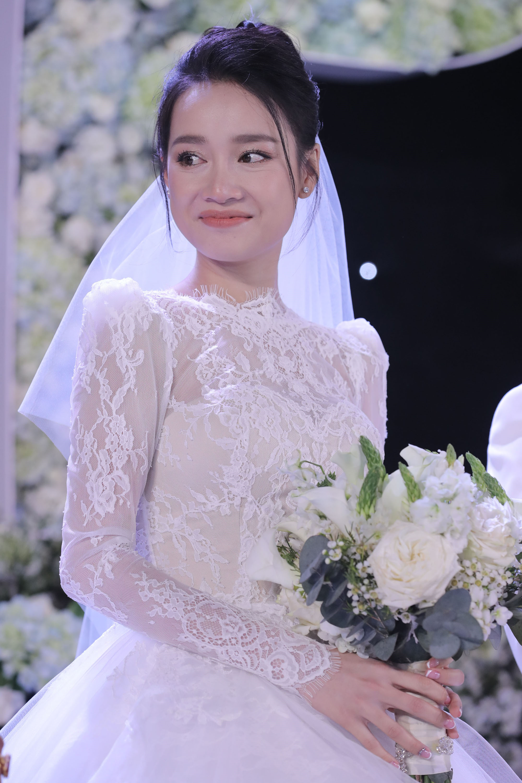 Nhìn lại 4 bộ váy Nhã Phương đặt may riêng cho lễ đính hôn và cưới-4