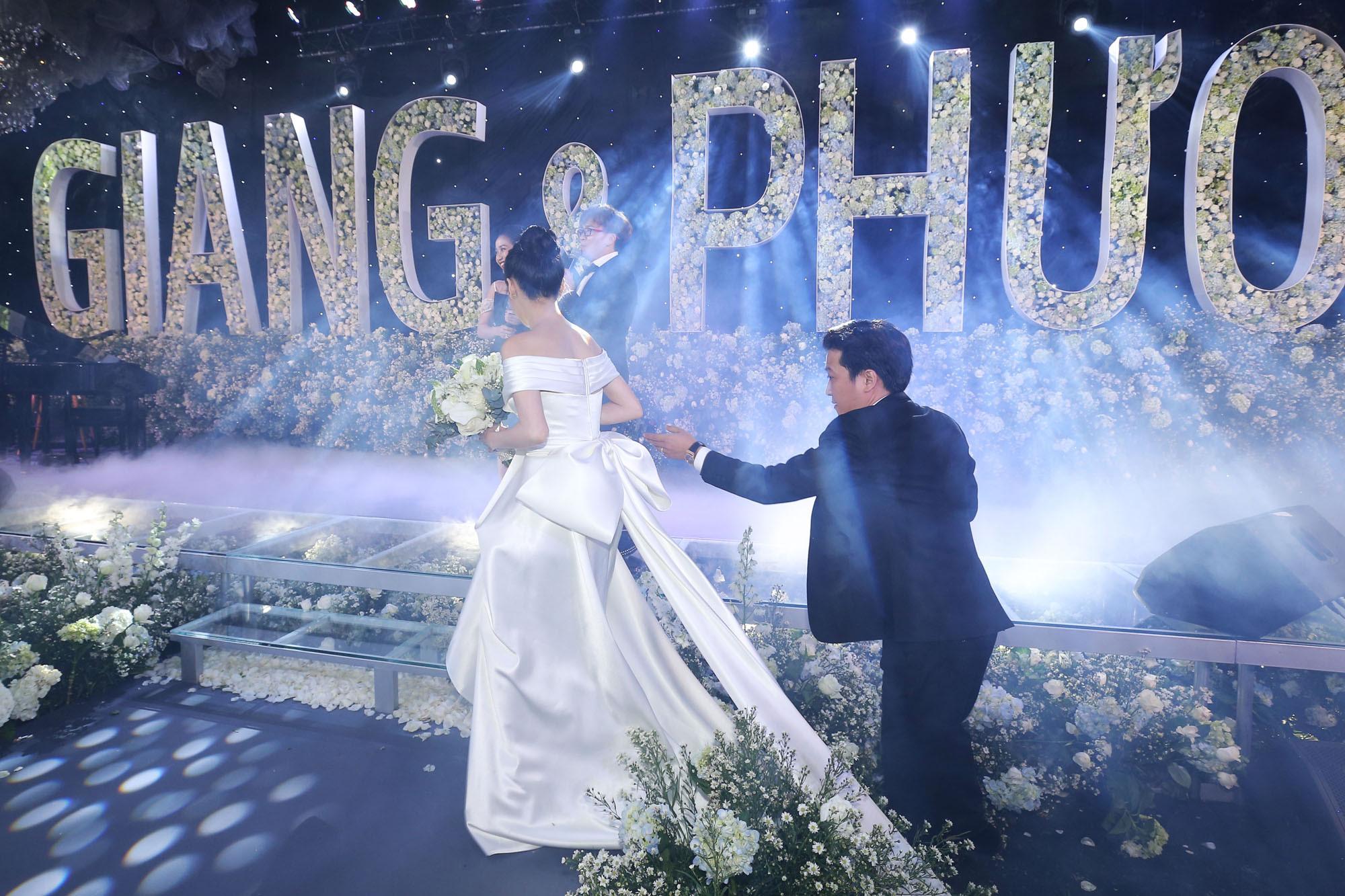 Nhìn lại 4 bộ váy Nhã Phương đặt may riêng cho lễ đính hôn và cưới-6