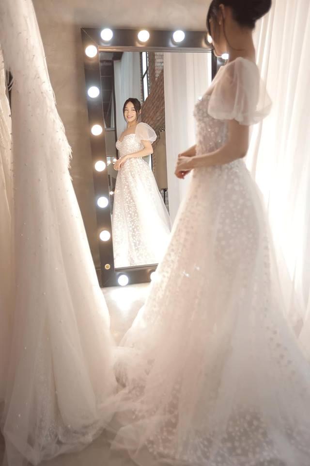 Nhìn lại 4 bộ váy Nhã Phương đặt may riêng cho lễ đính hôn và cưới-8