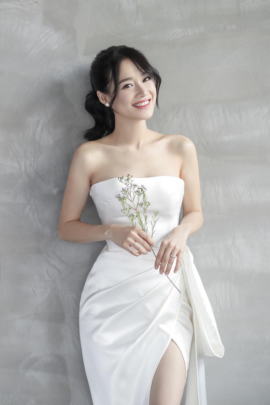 Nhìn lại 4 bộ váy Nhã Phương đặt may riêng cho lễ đính hôn và cưới-9