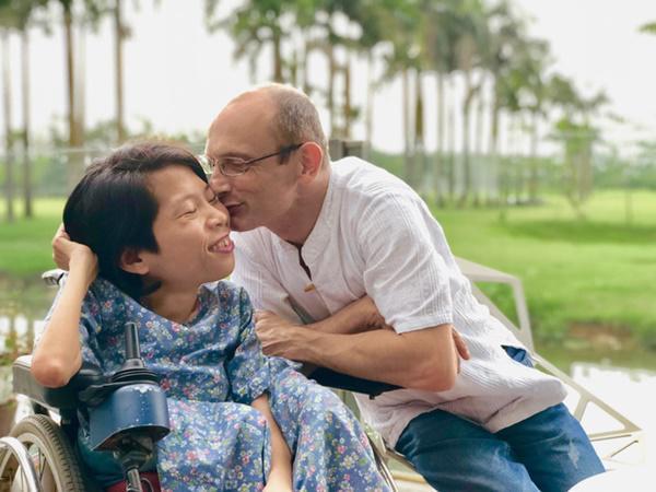 Chuyện tình định mệnh của cô gái Việt nhỏ bé lọt thỏm trong vòng tay chàng kỹ sư Úc-1
