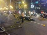 TP.HCM: Xế hộp bị cây xanh đè bẹp dúm trên đường phố, tài xế vội đạp cửa thoát ra ngoài-3