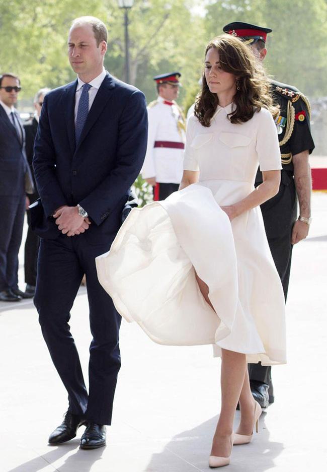 Hoàng gia Anh nghiêm túc cỡ nào cũng không thể thiếu những khoảnh khắc hài hước và hớ hênh bất đắc dĩ của các thành viên-1