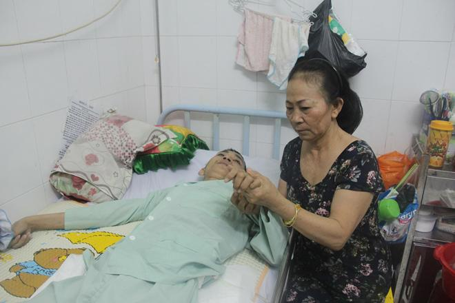 """Nước mắt lại rơi"""" của người mẹ nghèo có con trai liệt nửa người suốt 2 năm nằm bất động-2"""
