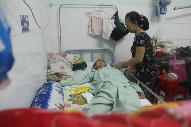 """Nước mắt lại rơi"""" của người mẹ nghèo có con trai liệt nửa người suốt 2 năm nằm bất động-4"""