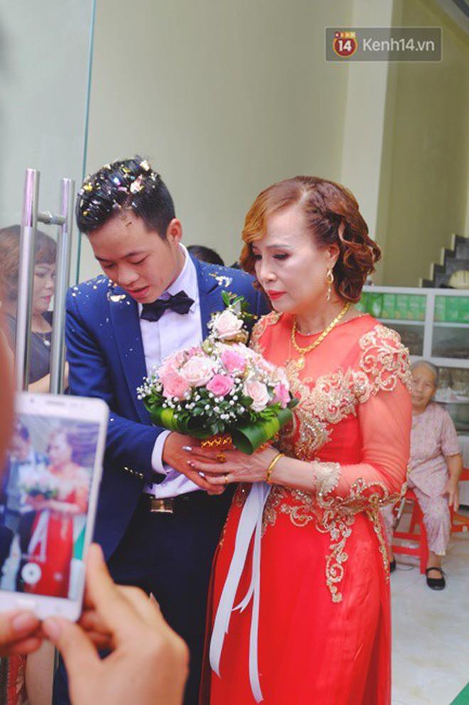 Sau đám cưới, cô dâu 62 tuổi đi Hà Nội để tân trang lông mày và xăm tên hai vợ chồng lên cơ thể-1