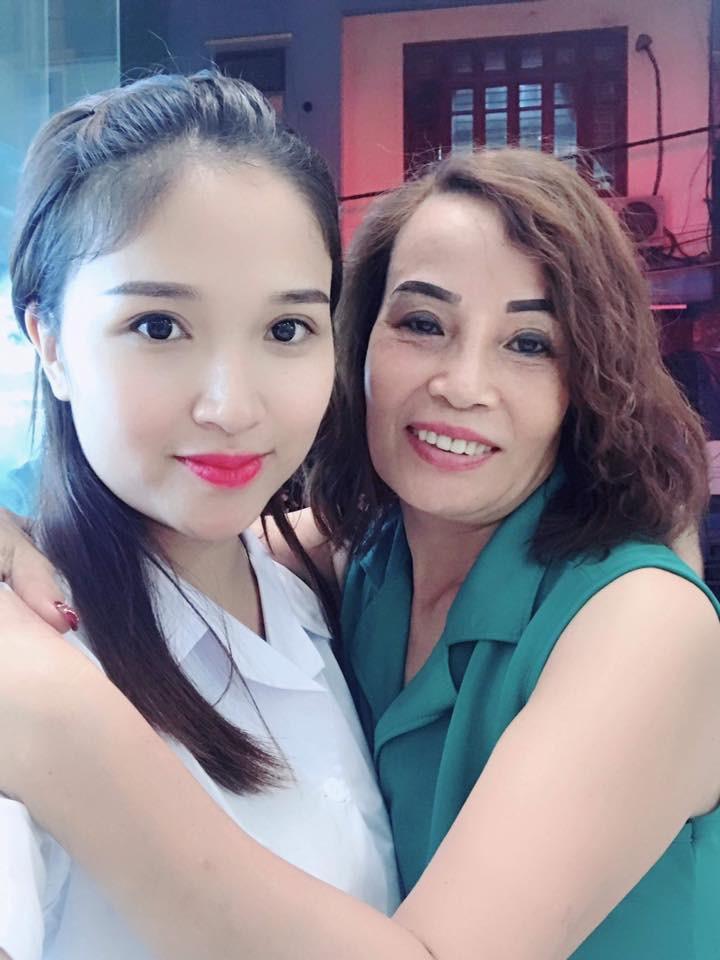 Sau đám cưới, cô dâu 62 tuổi đi Hà Nội để tân trang lông mày và xăm tên hai vợ chồng lên cơ thể-3