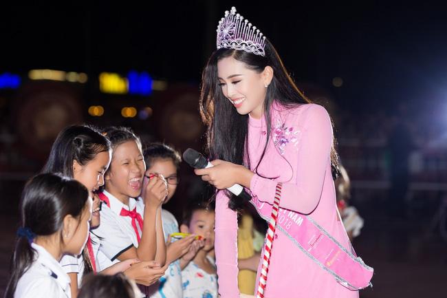 Xuất hiện với diện mạo xinh đẹp, Tân Hoa hậu Tiểu Vy vẫn bị soi đội vương miện cong vênh-2