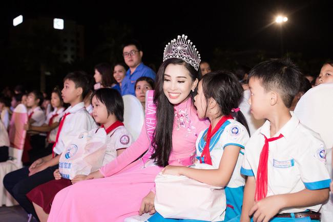 Xuất hiện với diện mạo xinh đẹp, Tân Hoa hậu Tiểu Vy vẫn bị soi đội vương miện cong vênh-3
