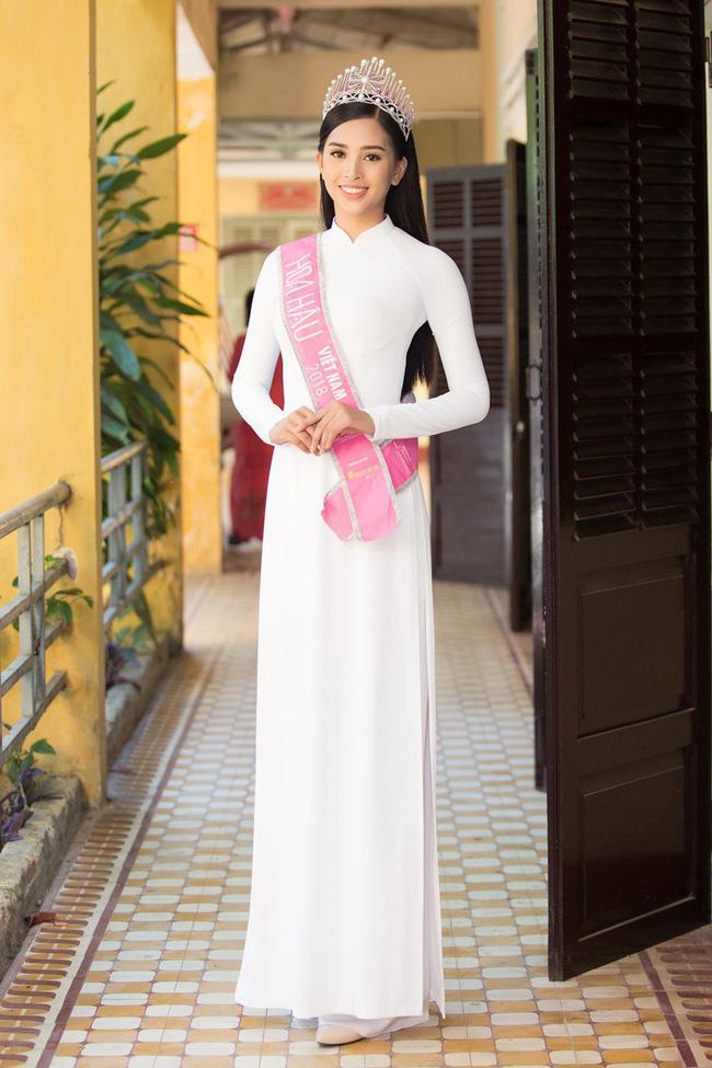 Xuất hiện với diện mạo xinh đẹp, Tân Hoa hậu Tiểu Vy vẫn bị soi đội vương miện cong vênh-4