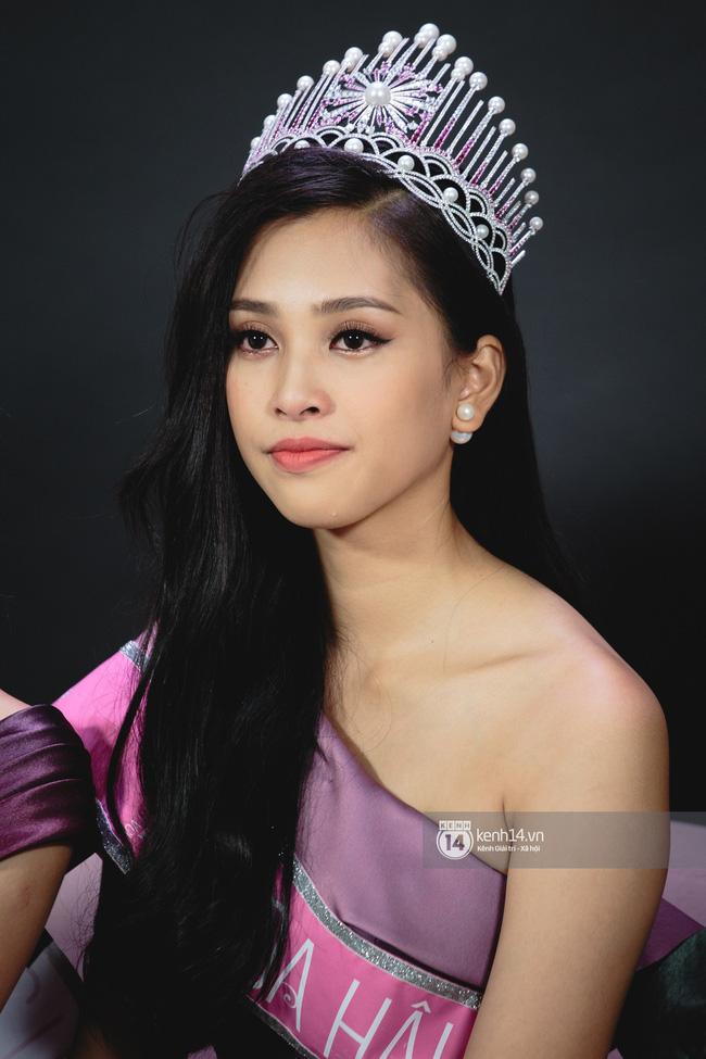 Xuất hiện với diện mạo xinh đẹp, Tân Hoa hậu Tiểu Vy vẫn bị soi đội vương miện cong vênh-5