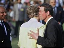 """Hé lộ bí mật gây sốc đằng sau bức hình Công nương Diana """"phớt lờ"""" nụ hôn của chồng"""
