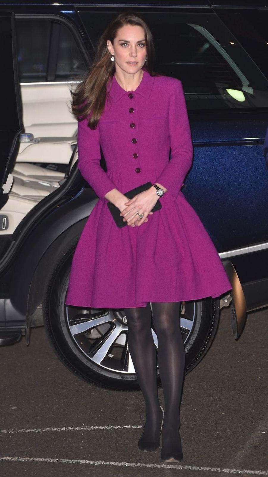 Người ta diện đồ màu chóe thì sến sẩm nhưng Công nương Kate mặc lên lại sang trọng và cuốn hút đến lạ-2