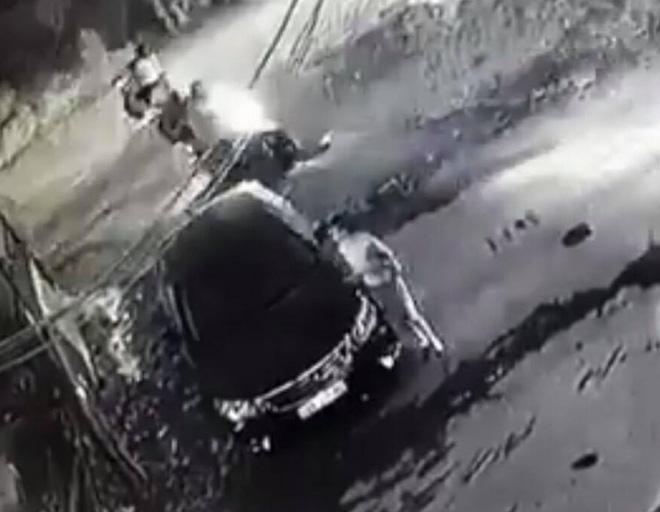 Công an trích xuất camera truy tìm người phụ nữ ăn mặc sang chảnh lén cào xước xe ô tô Camry trong đêm tối-1