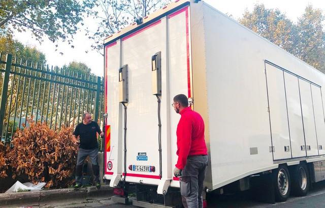"""Chùm ảnh và clip: Cận cảnh 2 xe VinFast bằng xương bằng thịt"""" được vận chuyển tới Paris Motor Show-1"""