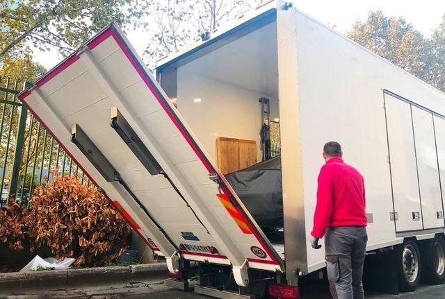 """Chùm ảnh và clip: Cận cảnh 2 xe VinFast bằng xương bằng thịt"""" được vận chuyển tới Paris Motor Show-2"""