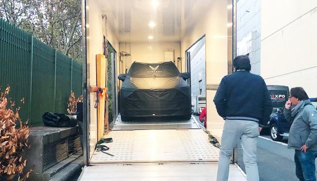 """Chùm ảnh và clip: Cận cảnh 2 xe VinFast bằng xương bằng thịt"""" được vận chuyển tới Paris Motor Show-3"""