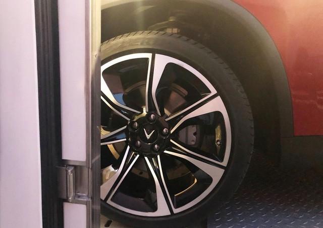 """Chùm ảnh và clip: Cận cảnh 2 xe VinFast bằng xương bằng thịt"""" được vận chuyển tới Paris Motor Show-7"""