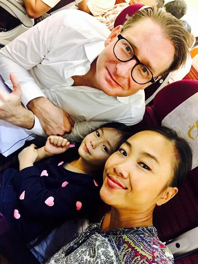 Đoan Trang khiến cả phi hành đoàn phải chờ đợi trong chuyến bay về Thụy Điển dự lễ tang bố chồng-1