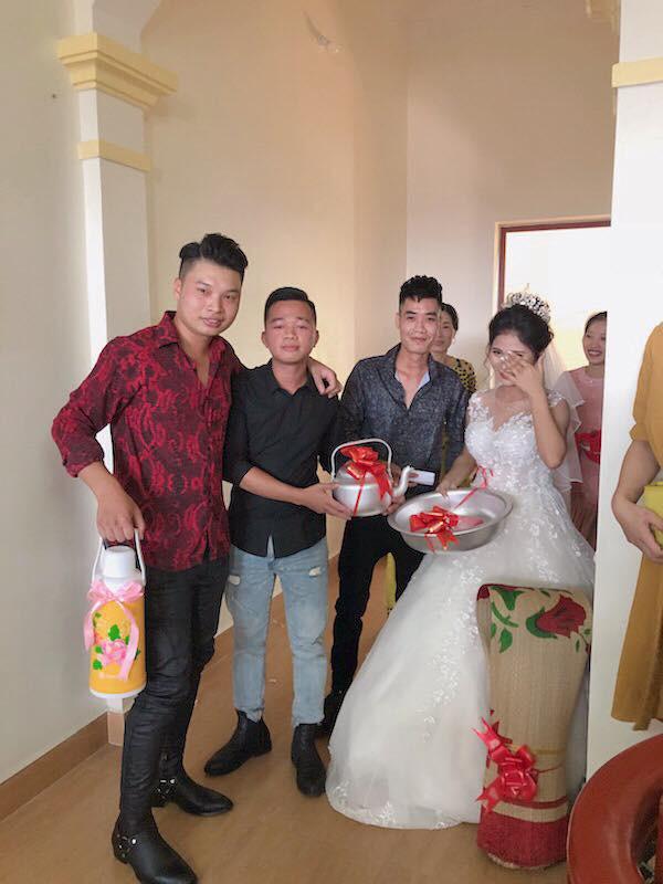Quà cưới theo phong cách siêu thực tế của lũ bạn thân: Chiếu để gia đình ăn cơm, phích nước và chậu nhôm cho cô dâu đi đẻ-3