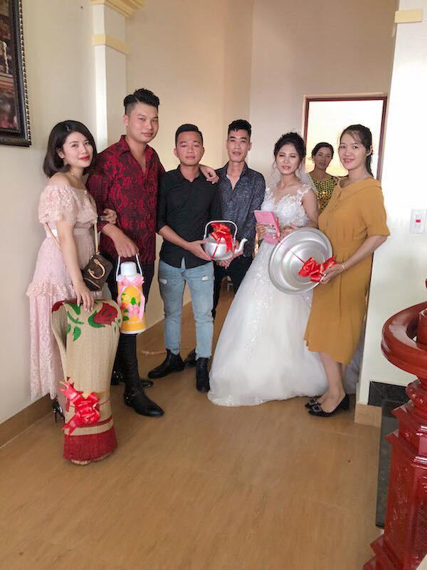 Quà cưới theo phong cách siêu thực tế của lũ bạn thân: Chiếu để gia đình ăn cơm, phích nước và chậu nhôm cho cô dâu đi đẻ-4