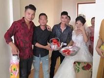 Quà cưới theo phong cách siêu thực tế của lũ bạn thân: Chiếu để gia đình ăn cơm, phích nước và chậu nhôm cho cô dâu đi đẻ