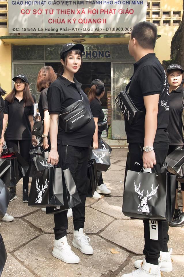 Trang phục đi từ thiện của sao Việt: Nhìn đơn giản nhưng khi bóc giá có món đồ cả chục triệu đồng-1