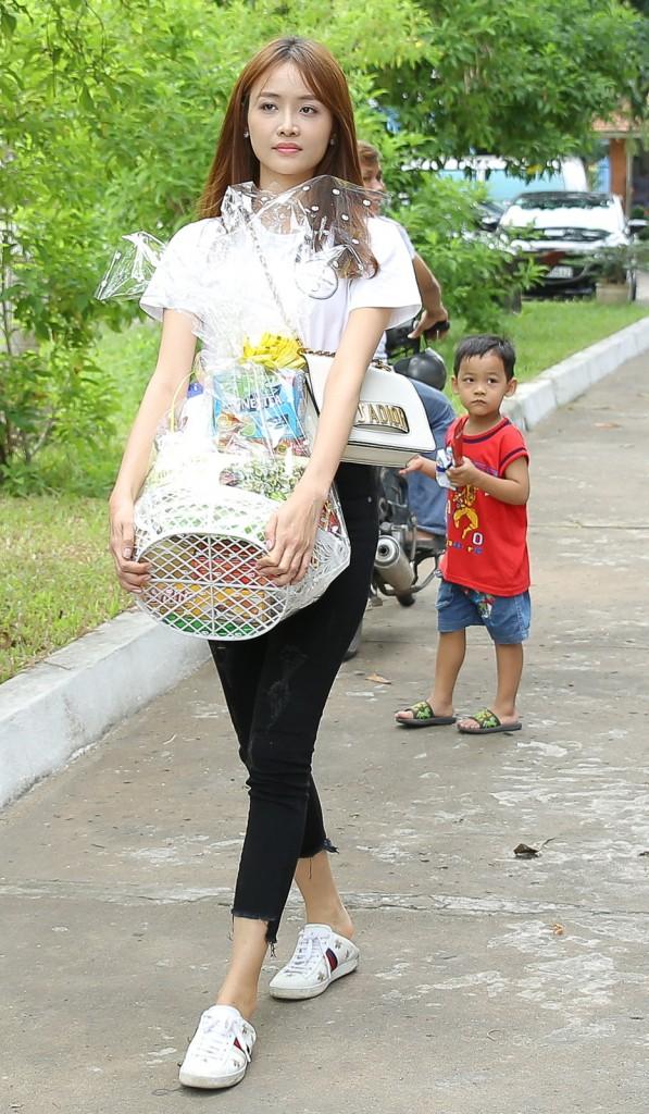 Trang phục đi từ thiện của sao Việt: Nhìn đơn giản nhưng khi bóc giá có món đồ cả chục triệu đồng-12