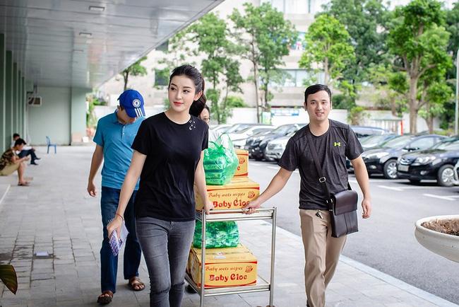 Trang phục đi từ thiện của sao Việt: Nhìn đơn giản nhưng khi bóc giá có món đồ cả chục triệu đồng-6