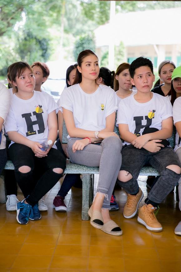 Trang phục đi từ thiện của sao Việt: Nhìn đơn giản nhưng khi bóc giá có món đồ cả chục triệu đồng-8