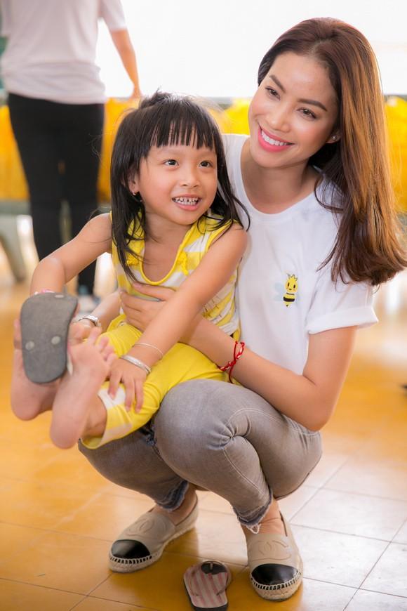 Trang phục đi từ thiện của sao Việt: Nhìn đơn giản nhưng khi bóc giá có món đồ cả chục triệu đồng-9