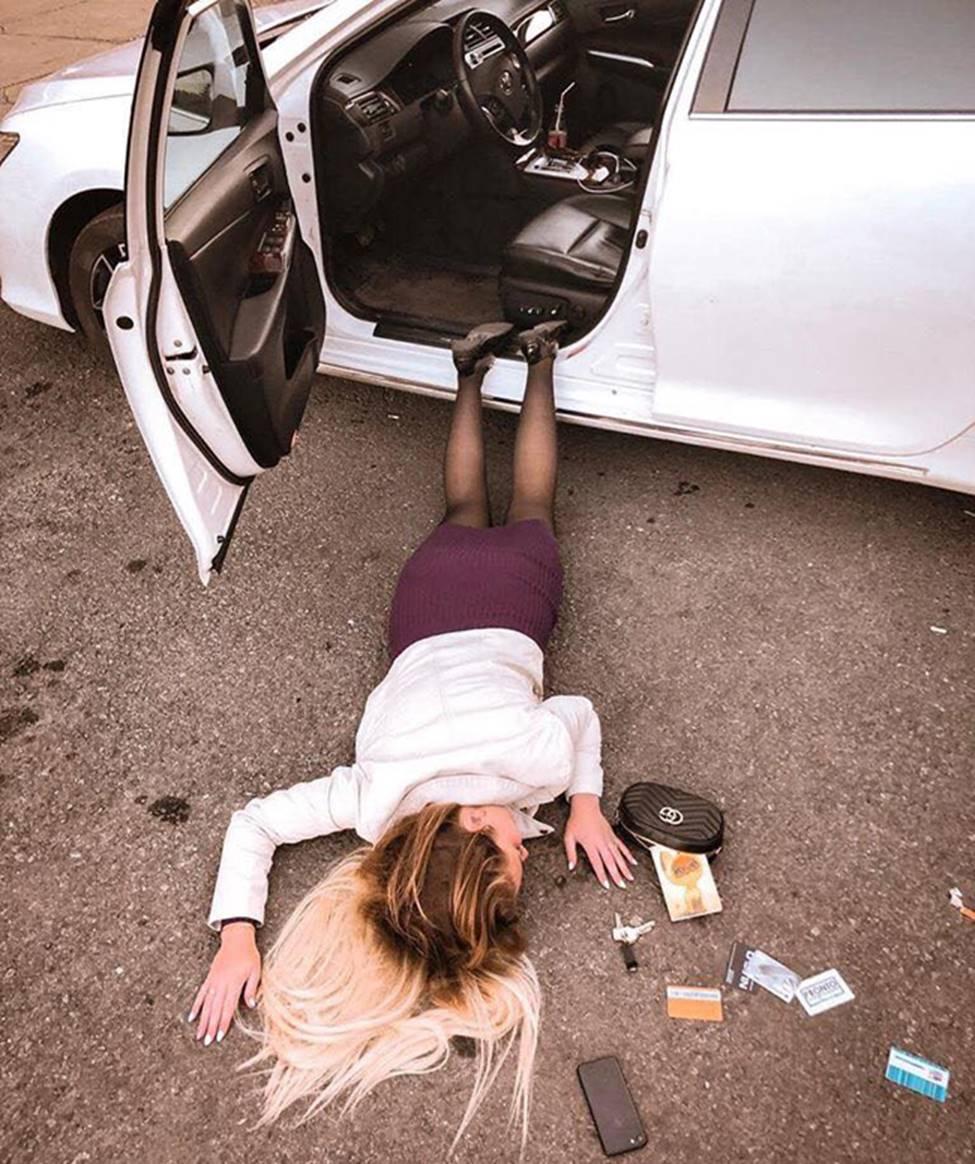 Sốc với trào lưu ngã sấp mặt từ ô tô của hội gái xinh-7