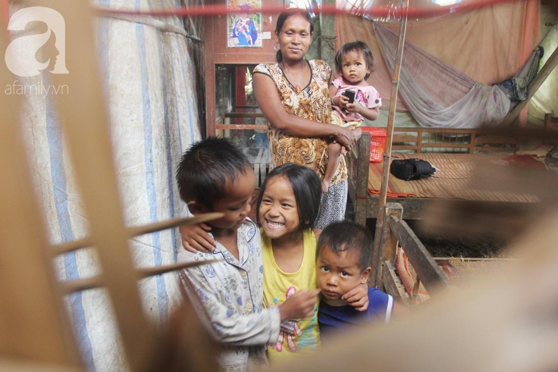 Hai lần đẻ rớt tại nhà, 4 đứa trẻ đói ăn bên người mẹ bầu 8 tháng không thể mượn được 500 ngàn để đi bệnh viện-1