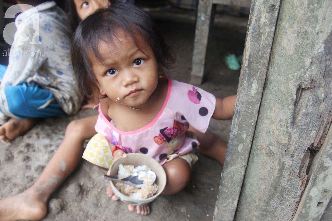 Hai lần đẻ rớt tại nhà, 4 đứa trẻ đói ăn bên người mẹ bầu 8 tháng không thể mượn được 500 ngàn để đi bệnh viện-2