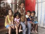 Bị chỉ trích vì nhà nghèo lại đẻ quá nhiều con, mẹ bầu 8 tháng cho biết sẽ triệt sản sau khi sinh em bé-13