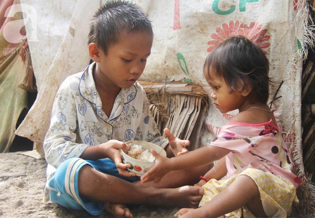 Hai lần đẻ rớt tại nhà, 4 đứa trẻ đói ăn bên người mẹ bầu 8 tháng không thể mượn được 500 ngàn để đi bệnh viện-12