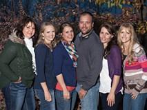 Chia sẻ về đời tư đặc biệt của người đàn ông Mỹ đang chung sống với… 5 bà vợ